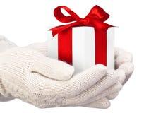 Cadeau de Noël avec la bande rouge Photographie stock libre de droits