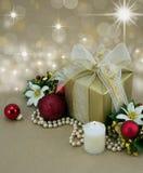 Cadeau de Noël avec la bougie et les babioles rouges. Photo stock