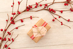 Cadeau de Noël avec un ornement rouge gentil de Noël image libre de droits