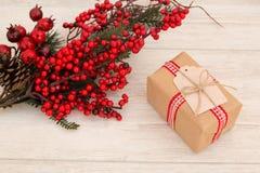 Cadeau de Noël avec un ornement rouge gentil de Noël images libres de droits