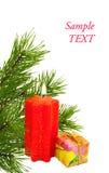 Cadeau de Noël avec une bougie et un branchement de pin Image stock