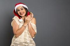 Cadeau de Noël Belle femme de sourire dans le chapeau et l'écharpe rouges ENV photo stock
