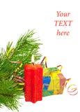 Cadeau de Noël, bougie et un branchement de pin Photographie stock