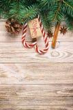 Cadeau de Noël, cannes de sucrerie et flocons de neige sur un fond rustique en bois de cru image libre de droits