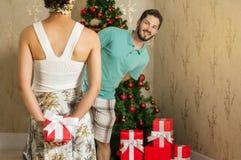 Cadeau de Noël, couple heureux donnant des présents pour Noël Photographie stock libre de droits