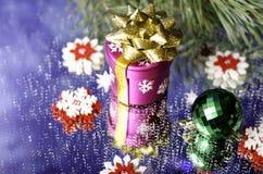 Cadeau de Noël, cuvette verte et flocons de neige rouges et blancs avec le sapin Photographie stock libre de droits
