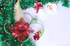 Cadeau de Noël, décor et branche d'arbre de sapin Photographie stock