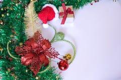 Cadeau de Noël, décor et branche d'arbre de sapin Images libres de droits
