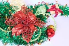 Cadeau de Noël, décor et branche d'arbre de sapin Photos stock