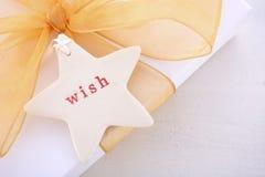 Cadeau de Noël d'or blanc avec l'étiquette de souhait photo libre de droits