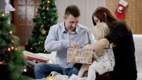 Cadeau de Noël d'ouverture de famille banque de vidéos