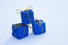 Cadeau de Noël dans la neige Image libre de droits