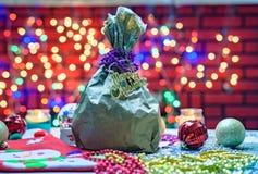 Cadeau de Noël dans le sac sur le fond coloré d'éclairage Images libres de droits