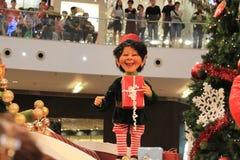 Cadeau de Noël de prise d'enfant de Noël Photos libres de droits