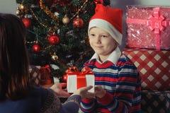 Cadeau de Noël de surprise Photographie stock libre de droits