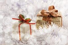 Cadeau de Noël en gelant le fond froid de l'hiver Photos stock