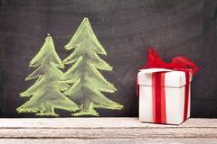 Cadeau de Noël et arbre de sapin tiré par la main de Noël Images stock