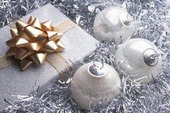 Cadeau de Noël et belle configuration de Noël images stock
