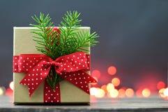 Cadeau de Noël et lumières de Noël rouges Photo libre de droits