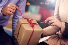 Cadeau de Noël heureux d'ouverture de couples Photo libre de droits
