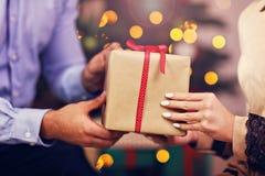 Cadeau de Noël heureux d'ouverture de couples Image stock