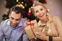 Cadeau de Noël heureux d'ouverture de couples Image libre de droits