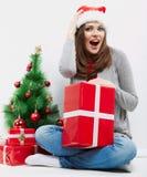 Cadeau de Noël de prise de verticale de femme d'isolement par chapeau de Santa de Noël Photo stock