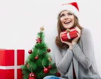 Cadeau de Noël de prise de verticale de femme d'isolement par chapeau de Santa de Noël Images libres de droits