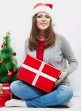 Cadeau de Noël de prise de verticale de femme d'isolement par chapeau de Santa de Noël Photographie stock libre de droits