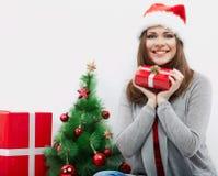 Cadeau de Noël de prise de verticale de femme d'isolement par chapeau de Santa de Noël Photos stock