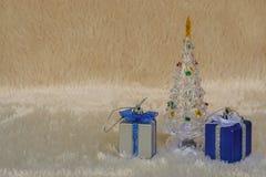Cadeau de Noël de scintillement avec l'arbre de Noël de scintillement Image libre de droits