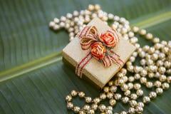 Cadeau de Noël sur la feuille verte de banane Photo stock