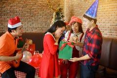 Cadeau de Noël de Surpirse pour les couples heureux Photos stock