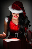 Cadeau de Noël d'ouverture de femme Photo stock