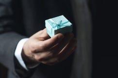 Cadeau de offre d'homme avec le ruban bleu Photo stock