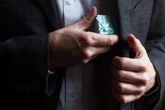 Cadeau de offre d'homme avec le ruban bleu Photographie stock libre de droits
