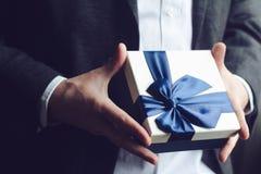 Cadeau de offre d'homme avec le ruban bleu Photographie stock