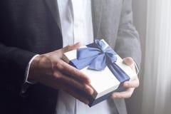 Cadeau de offre d'homme avec le ruban bleu Photos libres de droits