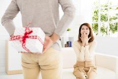 Cadeau de offre de jeune homme à son épouse Photos libres de droits