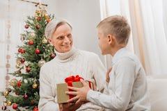 Cadeau de présentation première génération de Noël au petit-fils Images libres de droits