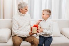 Cadeau de présentation première génération de Noël au petit-fils Photographie stock libre de droits