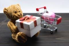 Cadeau de prise d'ours de nounours, décoration de Valentine Photographie stock libre de droits