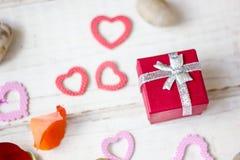 Cadeau de Saint-Valentin avec des coeurs Photo stock