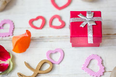 Cadeau de Saint-Valentin avec des coeurs Photos libres de droits