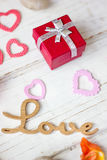 Cadeau de Saint-Valentin avec des coeurs Photographie stock libre de droits