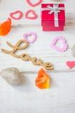 Cadeau de Saint-Valentin avec des coeurs Photos stock