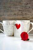 Cadeau de Saint-Valentin avec la carte de voeux et deux tasses Images stock