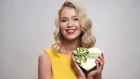 Cadeau de sourire de fixation de femme Jour de Valentine banque de vidéos