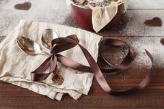 Cadeau de vacances de vintage avec un arc de ruban et coeur sur en bois Photos stock