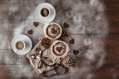 Cadeau de vacances de vintage avec un arc de ruban et coeur sur en bois Photographie stock libre de droits